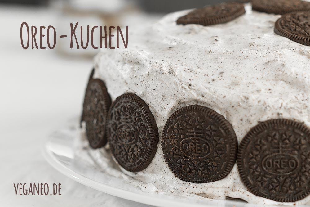 Oreo-Kuchen mit Sahnecreme und Oreo-Dekoration