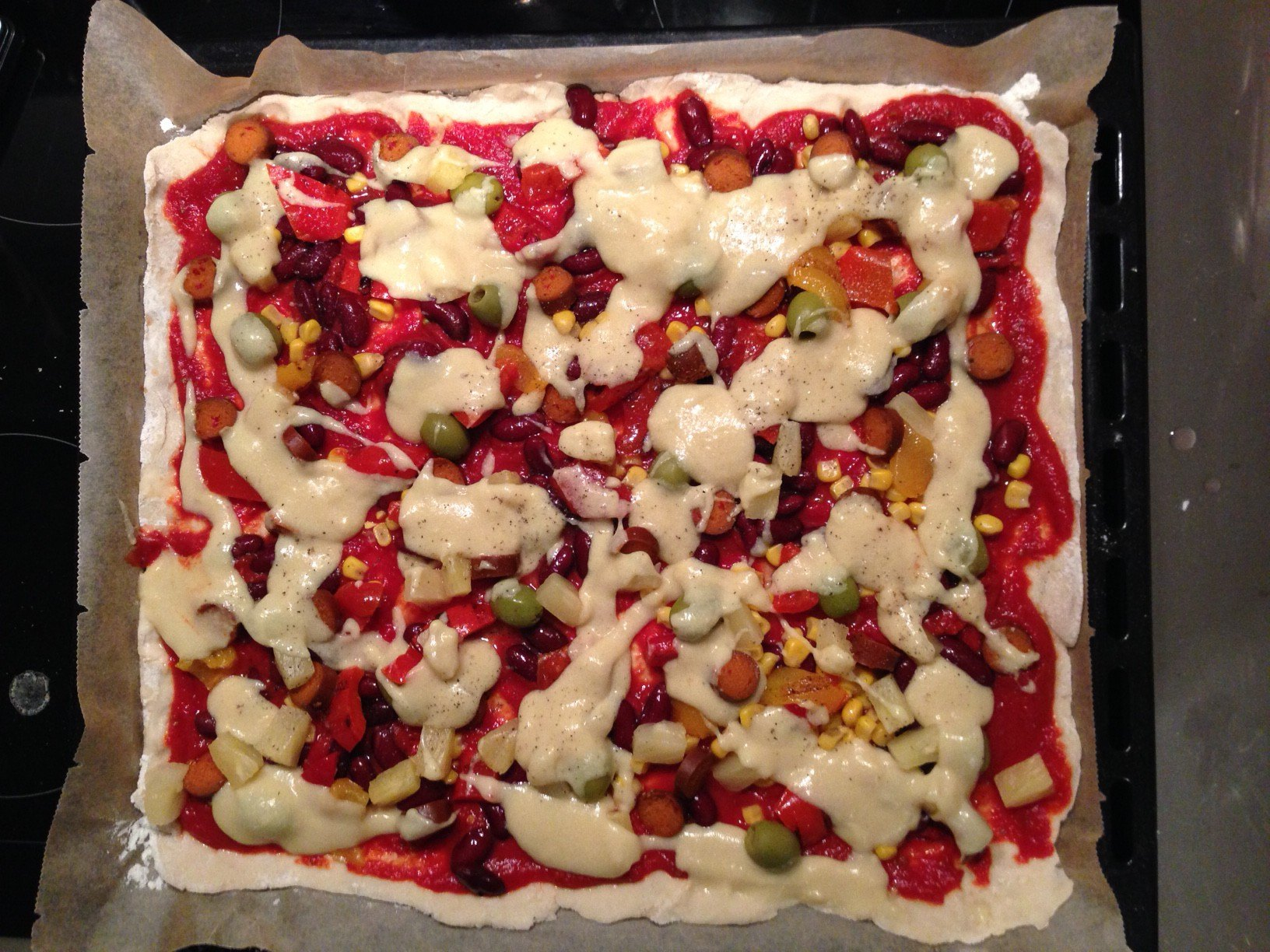 Vegane Pizza vor dem Backen