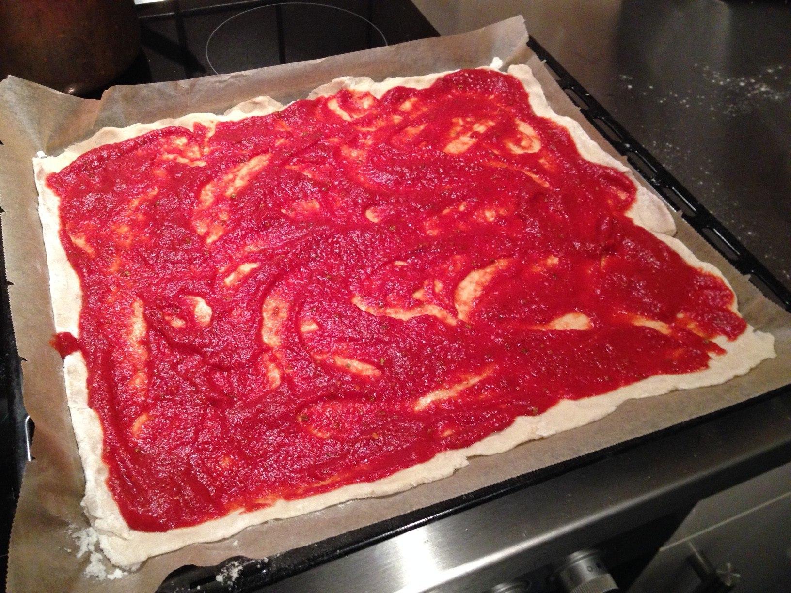 Veganer Pizzateig mit Tomatensauce
