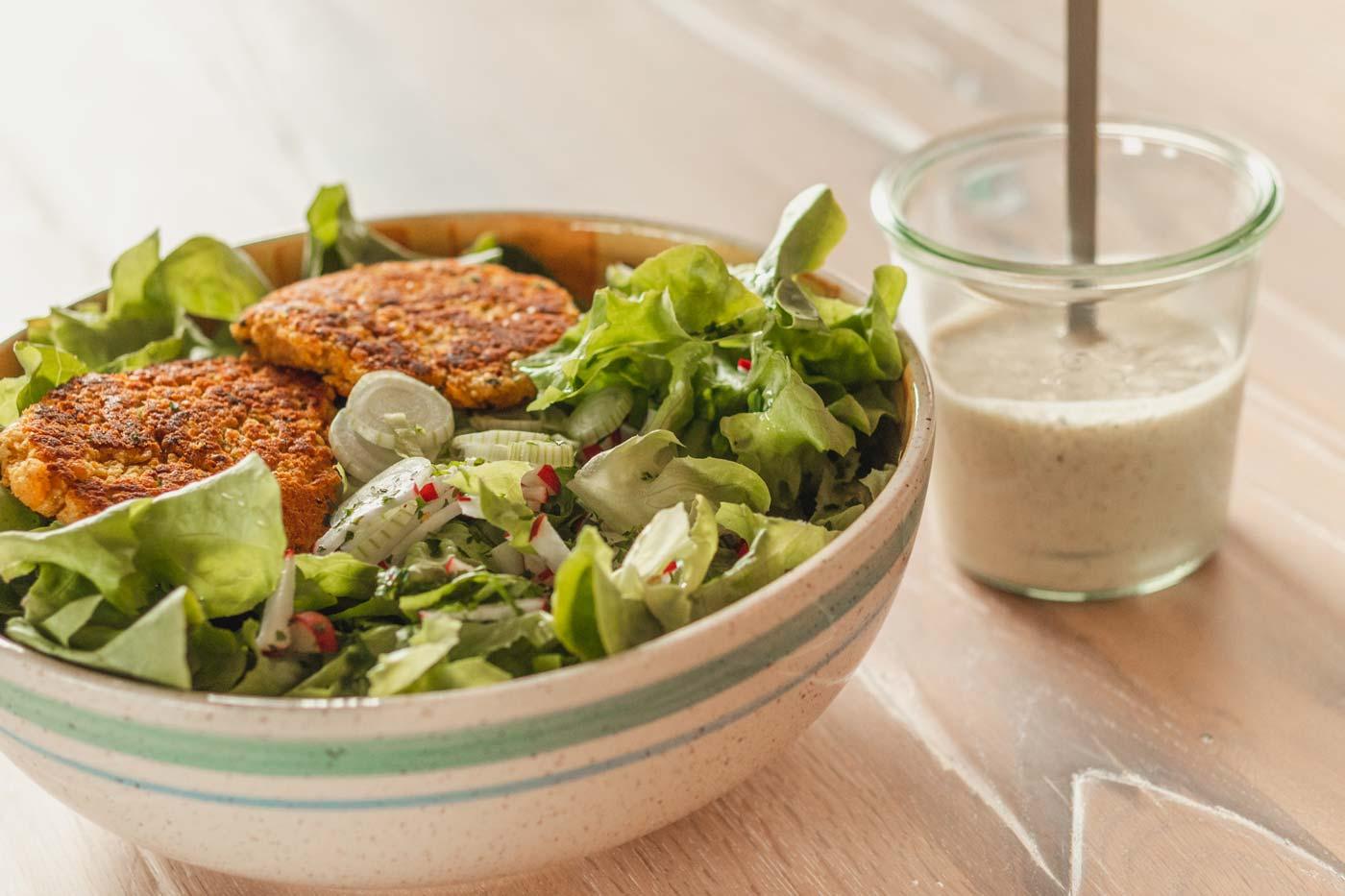Linsenpuffer mit Salat