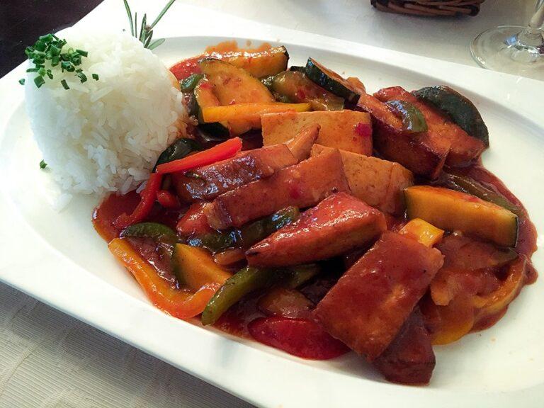 Gemüse mit süß-saurer Sauce und Reis im Gasthof Loers