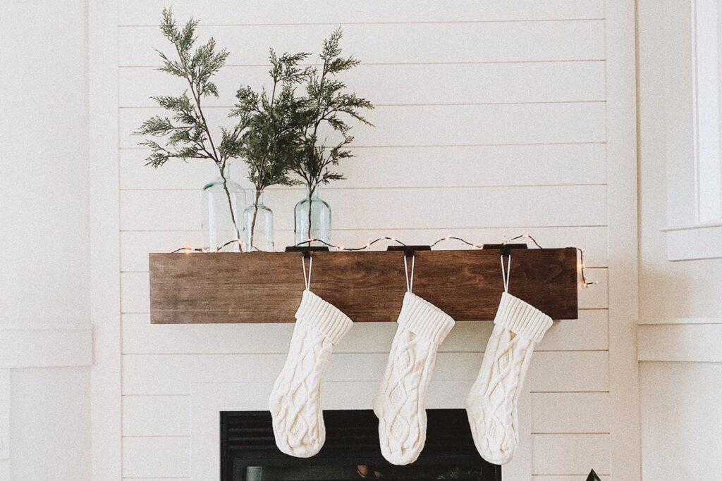 Socken am weihnachtlichen Kamin
